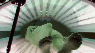 Скрытая камера сняла, как развратная посетительница солярия дрочит во время загара